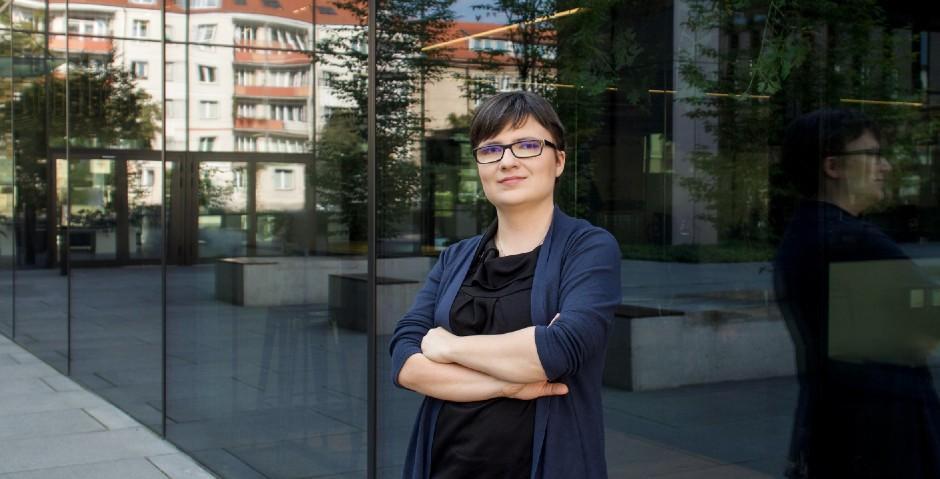 Agata Dudojć - pracowniczka Bridgestone SSC stojąca przed biurowcem